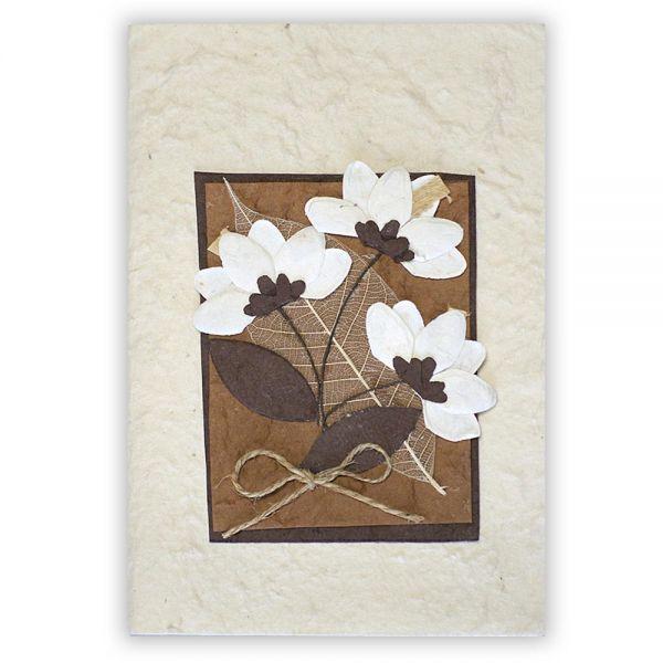 SAA Grußkarte | 3 Blüten natur mit Skelett Blatt auf braunem Grund